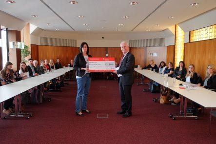Spendenscheckübergabe der Sparkasse Karlsruhe für das Sozialprojekt