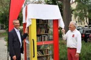Bürgermeister Martin Lenz und Reimund Horzel, Vorsitzender des Bürgervereins Daxlanden stehen am Bücherhäusle.