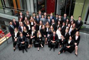 Gruppenfoto von den Kollegen und Kolleginnen, die ihre Ausbildung bei der Sparkasse Karlsruhe beginnen.