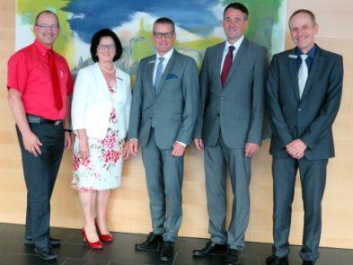 Gruppenbild mit Vorstand Lutz Boden, Hildegard Schottmüller, Vorstand Thomas Schroff, Vorstand Marc Sesemann und Abteilungsleiter Peter Dangelmaier zum Dienstjubiläum.