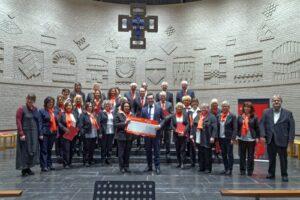 Der Sparkassen-Chor bei der Spendenübergabe in der Kirche Heilig Kreuz zugunsten des Knielinger Kindergartens.