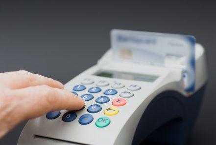 Kreditkarten-PIN am Kartenterminal eingeben.